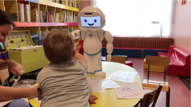 Qtrobot-helps-child-to-learn-reduce-anxiety-and-disruptive-behaviour